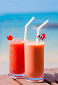 Picture of two cocktails on a table near beach. party — Fotografia Stock
