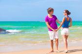 熱帯のビーチ ハンズオン カップル持株の正面図 — ストック写真