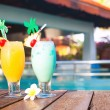 Two glasses of cocktails and flower near pool. party — Stock Photo