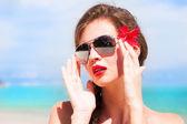Kırmızı dudaklar ve ebegümeci ile genç güzel kadın portresi, — Stok fotoğraf