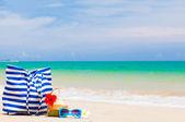 Torba plażowa, okulary i kokos koktajl na tropikalnej plaży. tajlandia, khaol lak — Zdjęcie stockowe