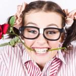 carina donna sorridente indossando occhiali nerd con rosa — Foto Stock