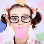 Business kvinnans ansikte täckt i papper påminnelser — Stockfoto