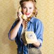 ročník padesátých telefonní operátor drží telefon — Stock fotografie