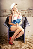 Retro Blond Beach Pinup Model With Elegant Look — Stok fotoğraf