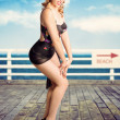 jolie fille pinup regardant surpris sur la jetée de la plage — Photo