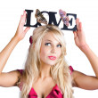 Woman holding love sign — Stockfoto