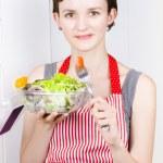 健康意识到女人吃绿色沙拉 — 图库照片