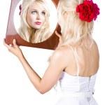 mulher loira olhando no espelho — Foto Stock