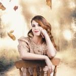 elegancki dziewczyna korzystających z upadku jesień — Zdjęcie stockowe