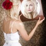 mulher sonhadora, olhando no reflexo do espelho — Foto Stock
