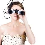 retro kvinna tittar genom kikare — Stockfoto