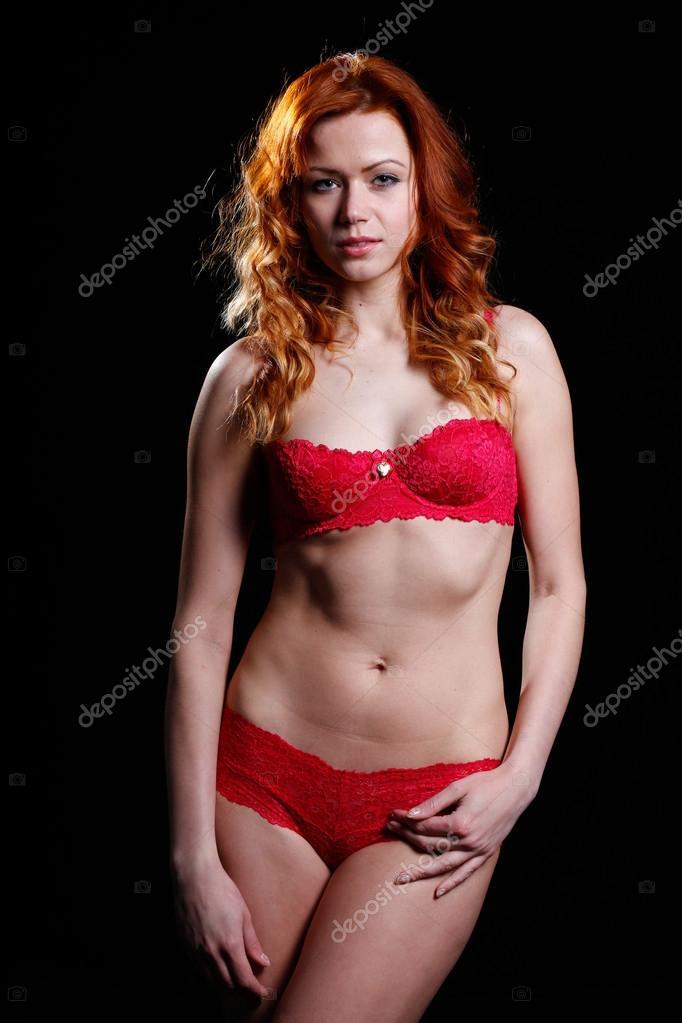 Molto bella donna con i capelli rossi in sexy lingerie ...