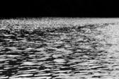 Dunkle schwarze und weiße wasser — Stockfoto