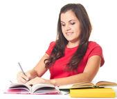 Garota sorridente jovem e atraente de camisa vermelha sentado o tabl — Foto Stock