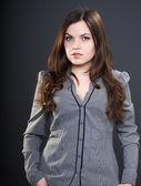 Atractiva mujer joven en una blusa gris. mujer con larga oscuridad ja — Foto de Stock
