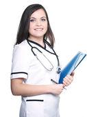 Atractiva joven enfermera sosteniendo una carpeta azul. — Foto de Stock