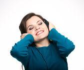 Joven atractiva con una camisa azul. mujer con auriculares li — Foto de Stock