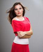 Atrakcyjna młoda kobieta w czerwonej koszuli. włosy w ruch — Zdjęcie stockowe