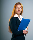 Attractive young woman in a black jacket. Holds a blue folder. L — Stock Photo