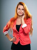 Jolie jeune femme dans une veste rouge. parler sur un mobile phon — Photo