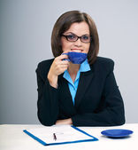 Young attractive businesswoman. Holds a blue cup. — Stock Photo
