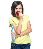 Sarı gömlekli çekici genç kadın. kırmızı elma tutan ve — Stok fotoğraf