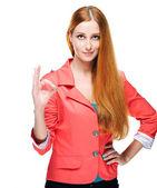 Attraktive junge frau in einer roten jacke. zeigt zeichen ok. — Stockfoto