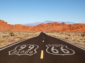 Route 66 Pavement Sign with Red Rock Mountains — Foto Stock