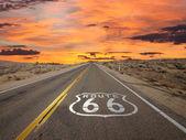 ルート 66 舗装印日の出モハーベ砂漠 — ストック写真