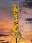 Vintage Neon Garage Arrow Sign with Sunset Sky — Stock Photo