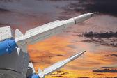 双导弹与落日的天空 — 图库照片