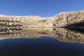 Lago de desierto de sierra nevada de california por encima de la línea de árboles — Foto de Stock
