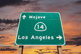 Mojave Desert Freeway Sign to Los Angeles with Sunset Sky — 图库照片