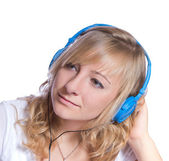Joven escucha música con auriculares aislados en blanco ba — Foto de Stock