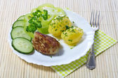 Boiled potatoes with hamburger and vegetables — Stock Photo