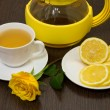 Tea with lemon and yellow rose. — Foto Stock