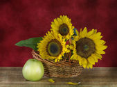 Still life with sunflowers and apples — Stock Photo