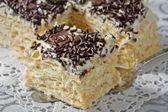 Tårta från flagnande degen med vispad grädde — Stockfoto