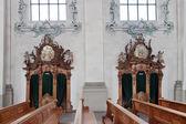 Biechtstoelen in de katholieke kerk — Stockfoto