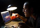 The man in front of a computer screen at night — Stock Photo