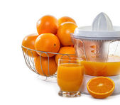 Juice extractor with juice and ripe oranges — Stock Photo