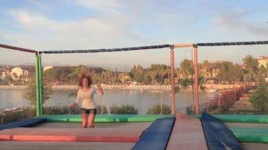 女孩在蹦床上跳跃 — 图库视频影像