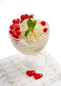 Gelato alla vaniglia con ribes rosso su sfondo bianco — Foto Stock