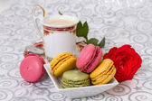 French macarons with coffee and flowers — ストック写真