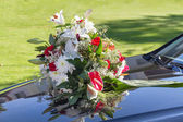 Wedding car with a bouquet of flowers — ストック写真