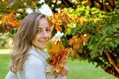 Retrato de uma menina com outono folhas — Fotografia Stock