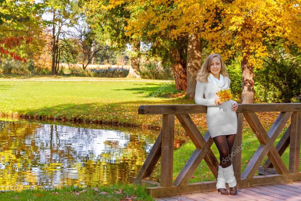 Картинки девушка и осенние листья