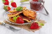 Fritters with strawberry jam and fresh strawberries — Stock Photo