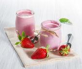 Strawberry yogurt with fresh strawberries — Stock Photo